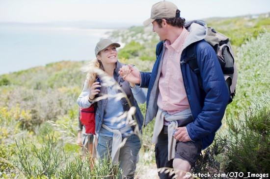 m Sommer sind atmungsaktive Funktionskleidung, ein Kopfschutz und festes Schuhwerk für eine Wanderung wichtig.