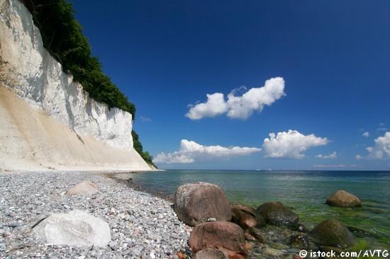 Die Kreidefelsen auf Rügen sind ein beliebtes Ausflugsziel für Wanderer.