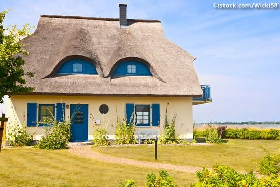 Typisches Reetdachhaus auf Rügen