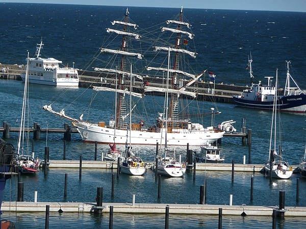 grosse und kleine yachten in sassnitz